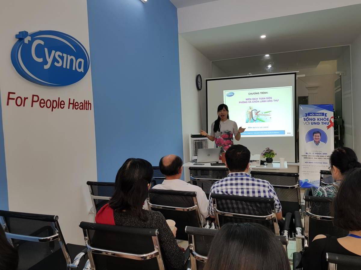 Mrs.Hà Thị Thúy Vân đang thảo luận về phương pháp chăm sóc sức khỏe cho bệnh nhân ung thu