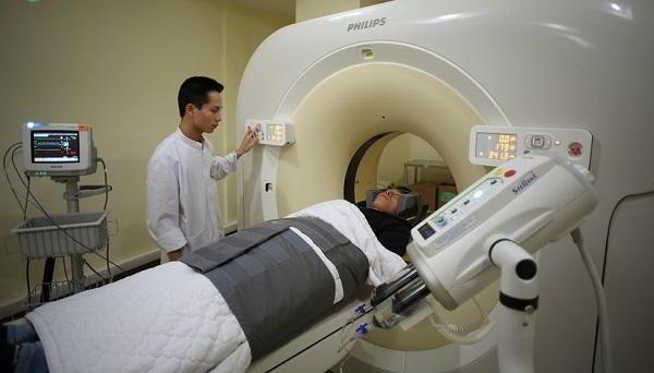 xạ trị là phương pháp phổ biến điều trị ung thư gan nhưng đắt đỏ